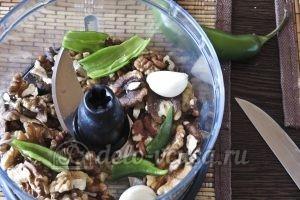 Лобио из стручковой фасоли: Перемалываем в блендере орехи, чеснок и перец