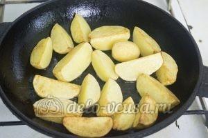Запеченный картофель с ребрышками: Обжариваем картофель до золотистой корочки
