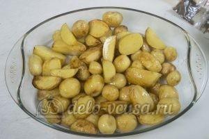 Запеченный картофель с ребрышками: Перекладываем картофель в форму для выпекания