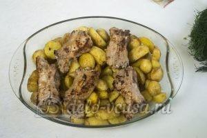 Запеченный картофель с ребрышками: Обжаренные ребра выкладываем на картофель