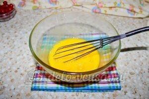 Монастырская изба из блинов: Взбиваем яйца с сахаром