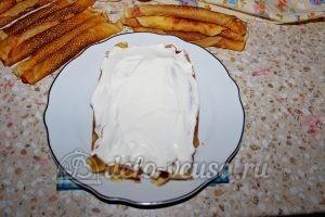 Монастырская изба из блинов: Густо покрываем первый слой кремом