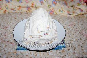 Монастырская изба из блинов: Покрываем верхушку и бока десерта кремом