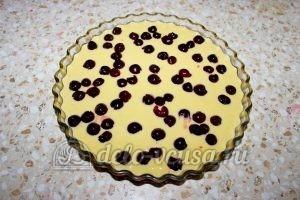 Пирог с вишней на кефире: Добавить вишню