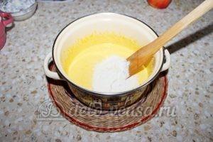 Пирог с яблоками и смородиной: Добавляем пшеничную муку с разрыхлителем