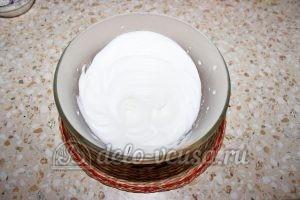 Пирог с яблоками и смородиной: Взбиваем белки