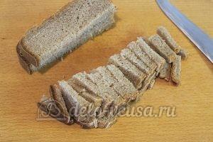 Салат с ананасом и кукурузой: Порезать хлеб