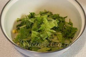 Салат с ананасом и кукурузой: Промыть салат