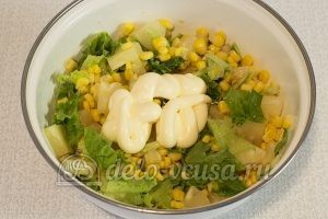 Салат с ананасом и кукурузой: Добавить майонез