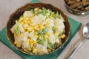 Салат с ананасом и кукурузой: Перемешать салат
