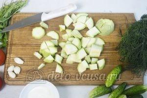 Салат с жареными кабачками: Нарезаем кабачки