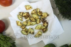 Салат с жареными кабачками: Остужаем жареные кабачки