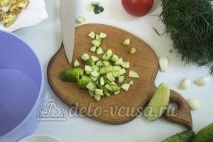 Салат с жареными кабачками: Нарезаем огурцы