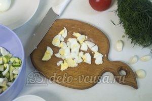 Салат с жареными кабачками: Нарезаем вареные яйца