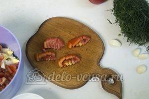 Салат с жареными кабачками: Нарезаем помидоры
