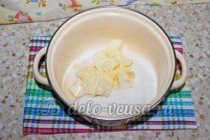 Шоколадный торт с малиной: Соединяем масло и сахар для крема
