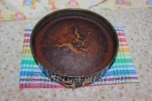 Шоколадный торт с малиной: Бисквит остудить