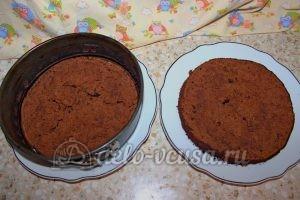 Шоколадный торт с малиной: Корж разделить на две части