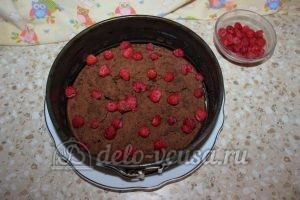 Шоколадный торт с малиной: На один корж выложить половину малины