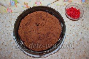 Шоколадный торт с малиной: Кладем второй корж