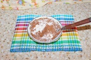 Шоколадный торт с малиной: Смешать муку, разрыхлитель, какао