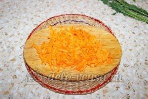 Овощной суп с клецками: Моем и трем морковь