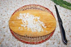 Овощной суп с клецками: Чистим и измельчаем лук