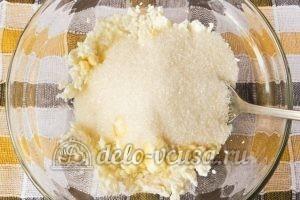 Сырники с кукурузной мукой: Добавить соль и сахар