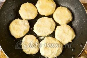 Сырники с кукурузной мукой: Обжарить сырники с двух сторон