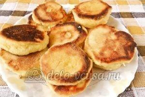 Сырники с кукурузной мукой: Кладем готовые сырники на блюдо