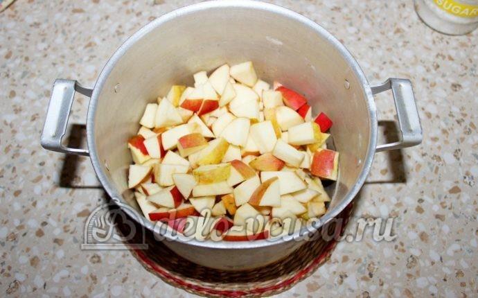 Заготовка из яблок для пирогов: Кладем яблоки в кастрюлю