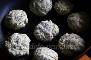 Сырники с маком: Кладем сырники на сковородку
