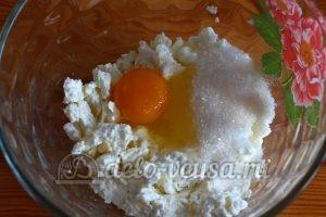 Сырники из творога с яблоками: Соединить творог, яйцо и сахар