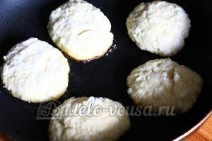 Сырники из творога с яблоками: Жарим сырники