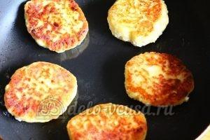 Сырники из творога с яблоками: Обжариваем сырники до готовности