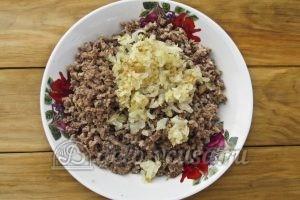 Блинчики с куриными желудками: Добавляем к мясу лук