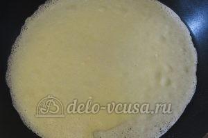 Блинчики с куриными желудками: Смазываем сковородку, печем блин около минуты