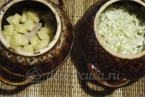 Борщ в горшочке: Выкладываем картофель и капусту