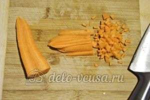 Борщ в горшочке: Нарезаем морковь маленькими кубиками