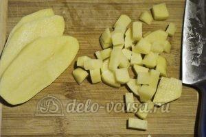 Борщ в горшочке: Нарезаем кубиками картофель