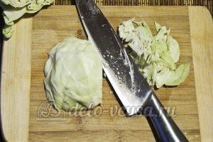 Борщ в горшочке: Мелко шинкуем капусту