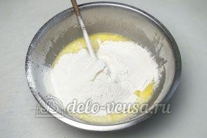 Дрожжевые булочки с джемом: Добавляем муку и замешиваем тесто