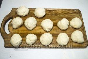 Дрожжевые булочки с джемом: Формируем шарики из теста