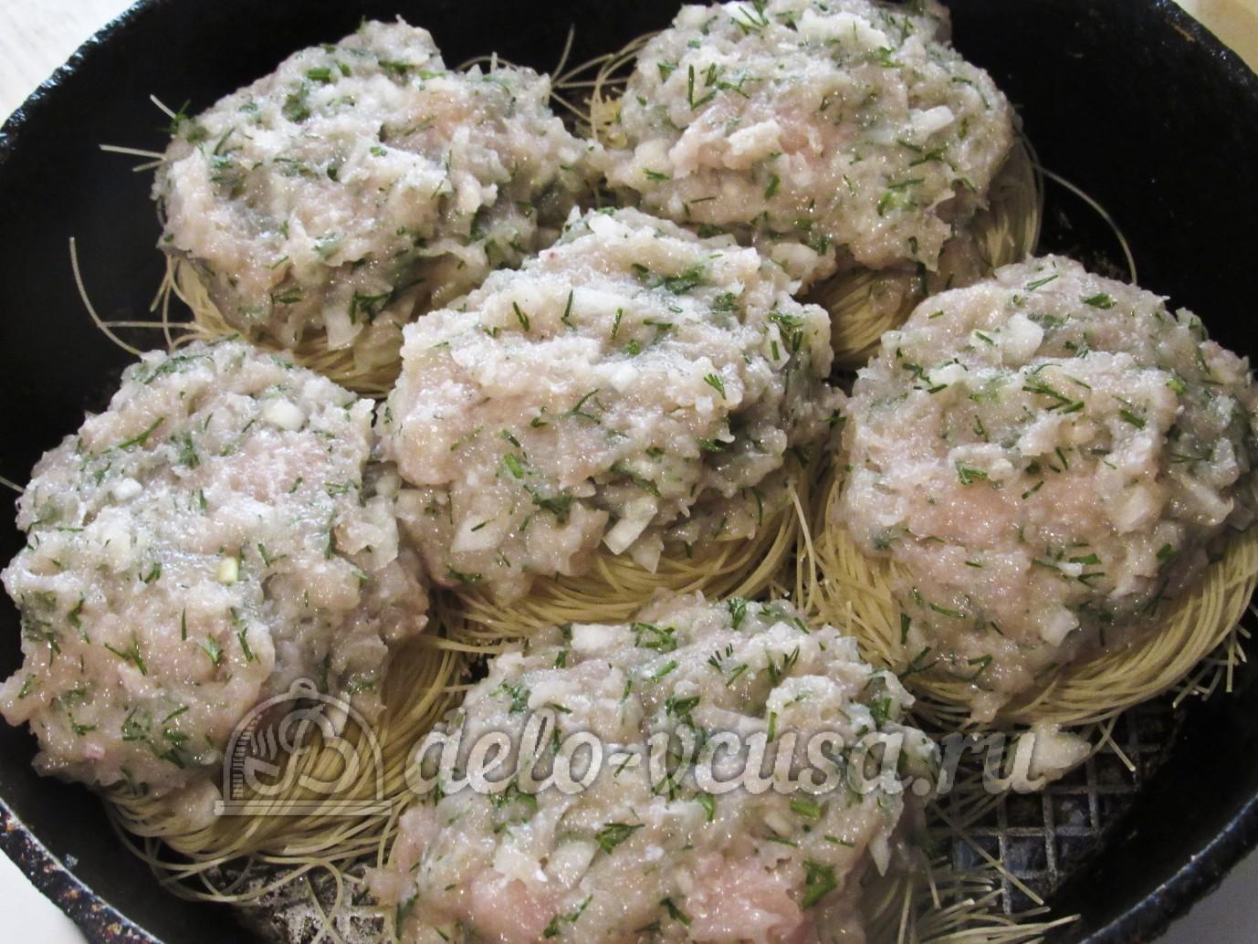 Рецепт с гнездами из макарон с курицей фото