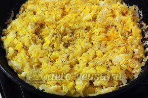 Жареная капуста с яйцом: Добавить смесь перцев