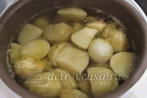 Молодая картошка в мультиварке: Кладем луковицу в мультиварку