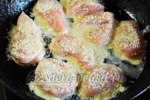 Куриное филе в кляре: Посыпать кунжутом