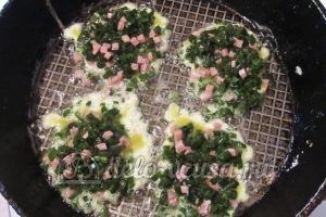 Оладьи из зеленого лука: Обжариваем оладьи