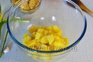 Овощной салат с сухариками: Картошку порезать кубиками