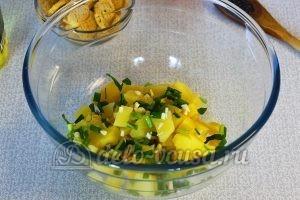 Овощной салат с сухариками: Порезать зеленый лук